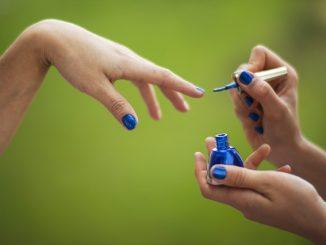 granatowe paznokcie